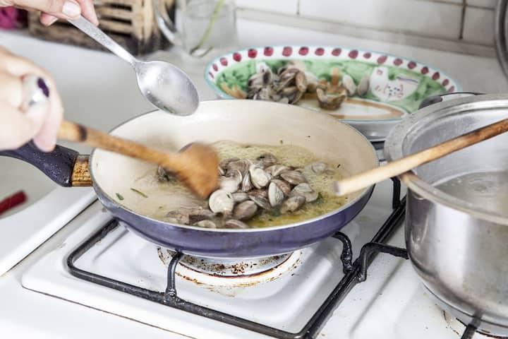Spaghetti alla Sorrentina sauce making