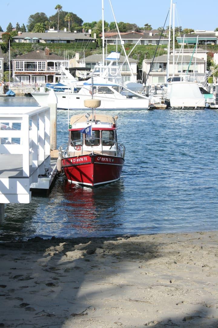 An adorable boat seen from Balboa Island