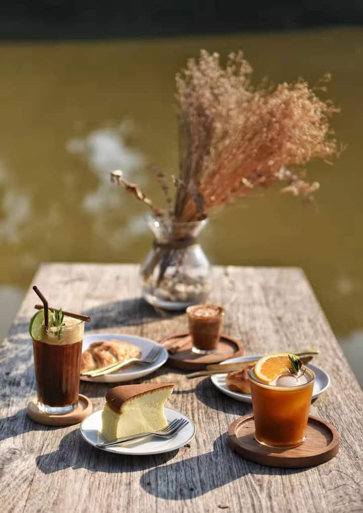 萍河边的花式咖啡和刚出炉的羊角包
