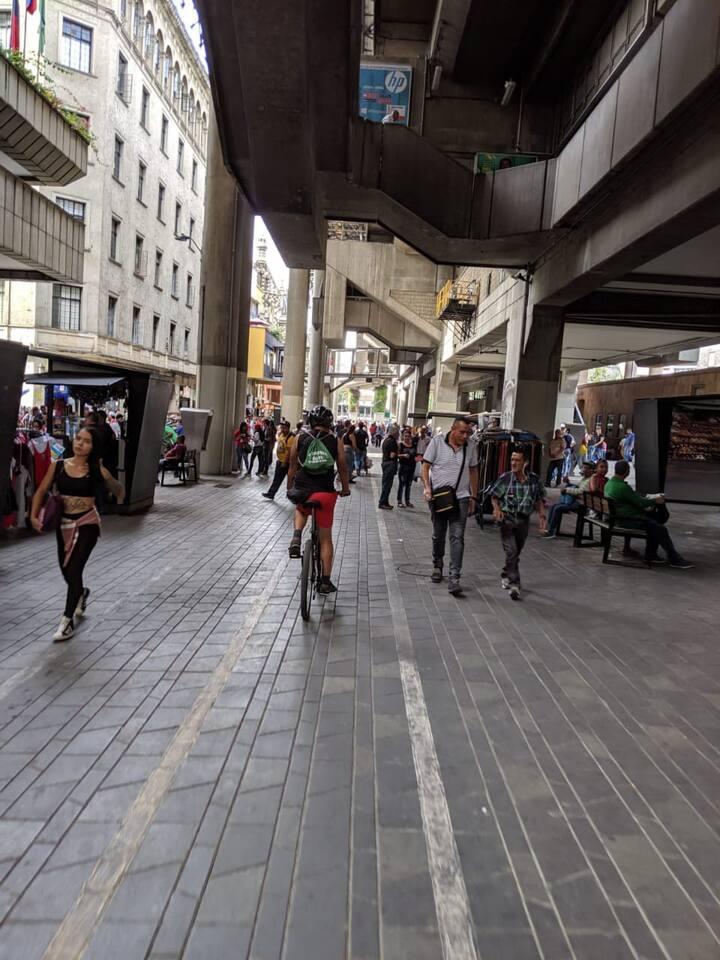 Bajo la estación del metro de Medellín