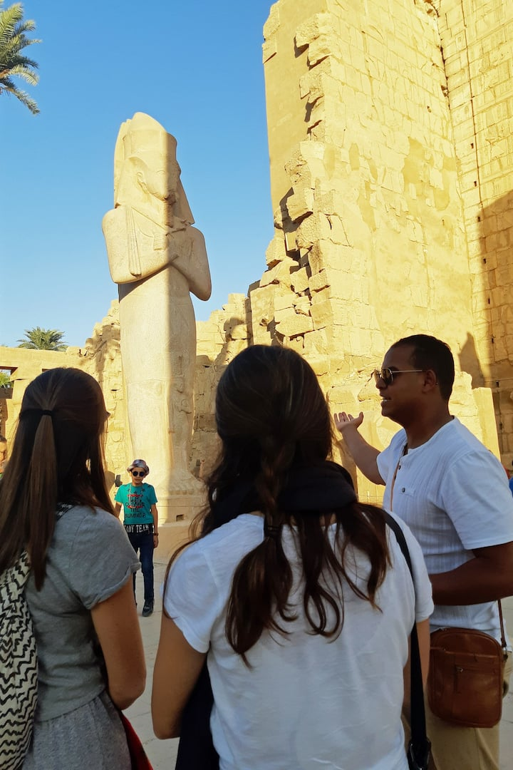 Guide Saber in Karnak temple