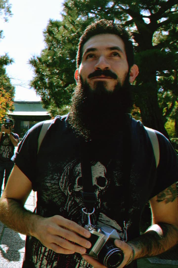 Anfitrión (ahora sin barba)