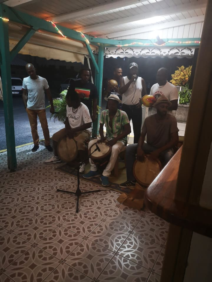 Musiciens dans le bar