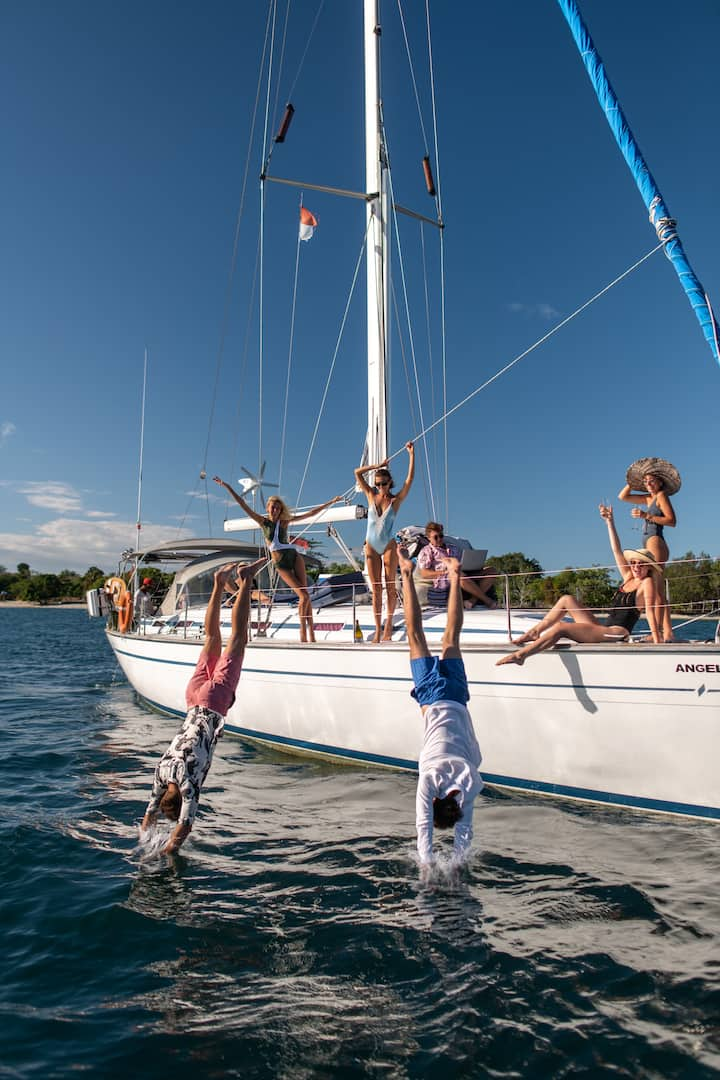 Have fun with friends on yacht