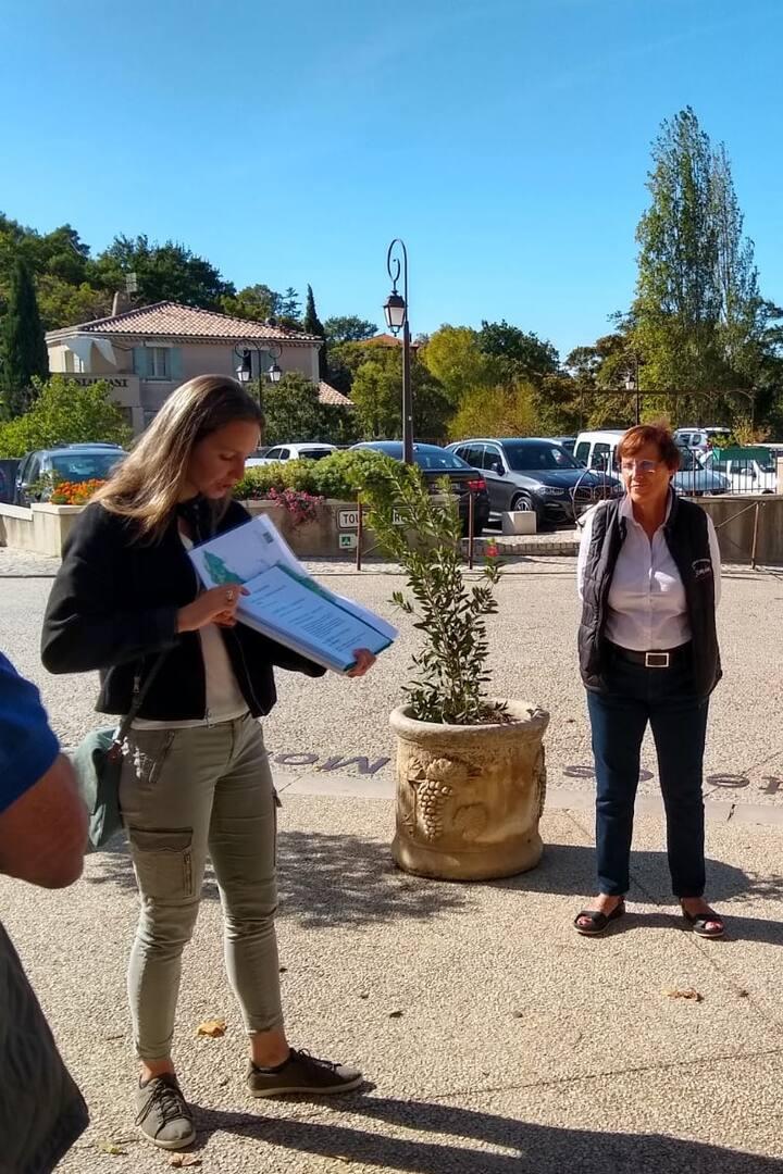 Jeanne présentant le village de Gigondas