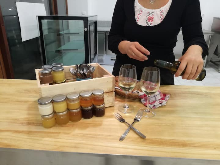 Does wine goes with honey?