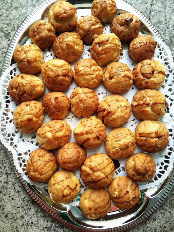 Choux with goat cheese and honey