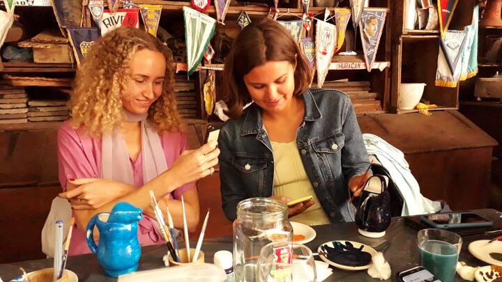Participantes inspiradas pintando