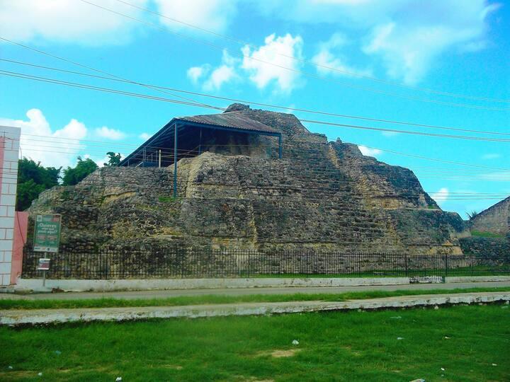 Pirámides en ciudad maya colonizada