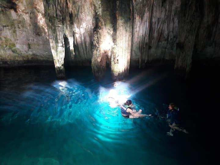 Cenote de agua cristalina azul