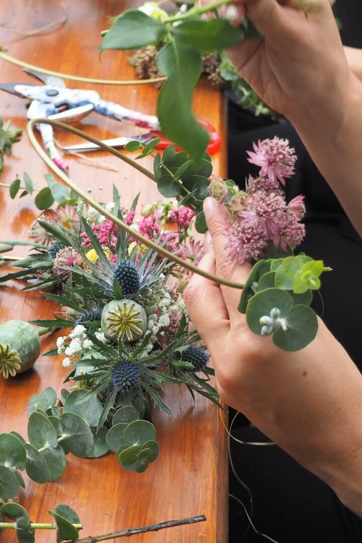 Blumenring binden mit saisonalen Blumen