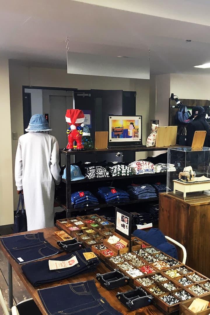 店内は、トップスや小物も販売しておりますので、ぜひご覧ください。
