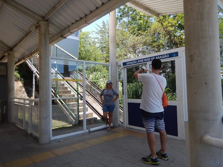 Aguardando a saída do funicular