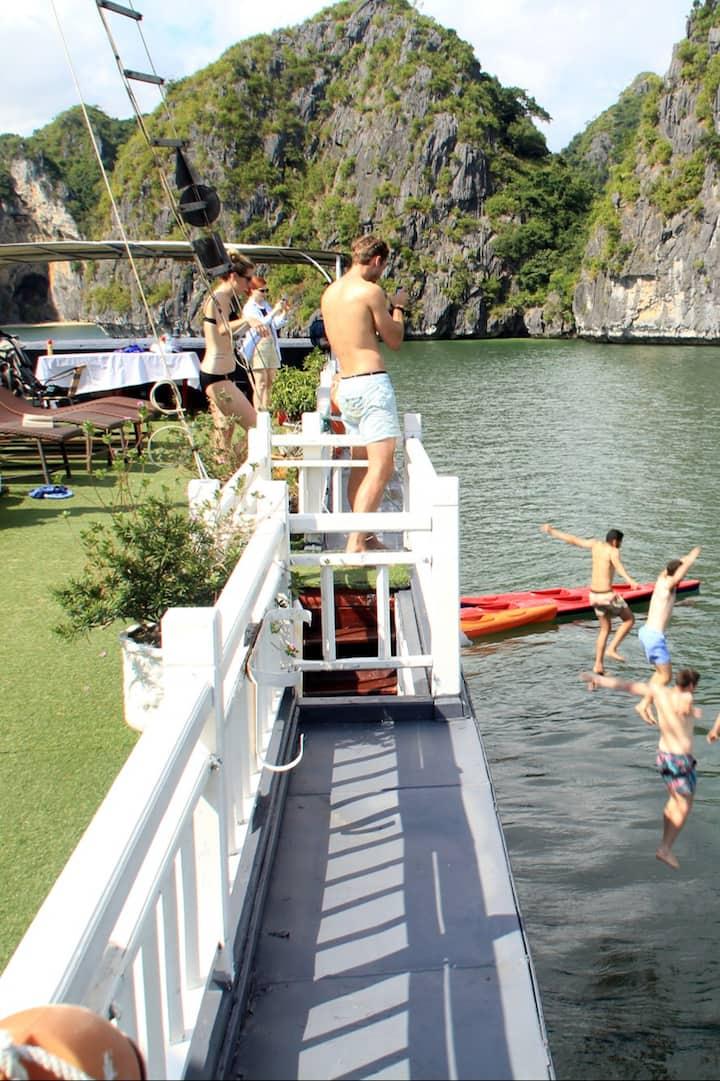 swimming in lan ha bay