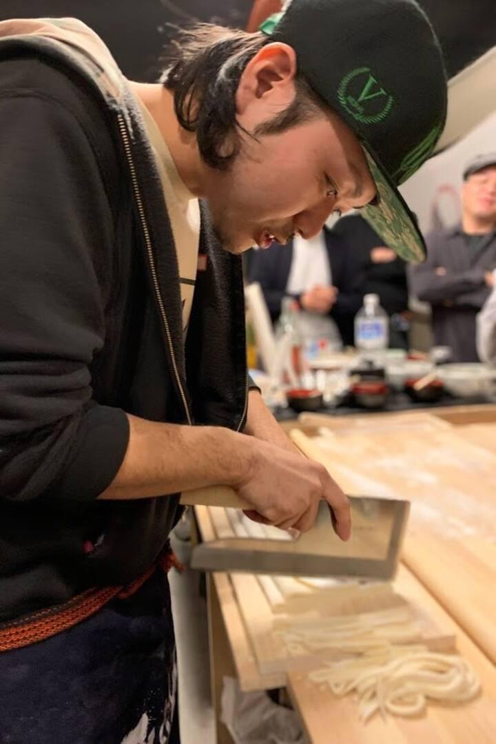 麺切包丁でうどんを切るのは日本独自のものです。