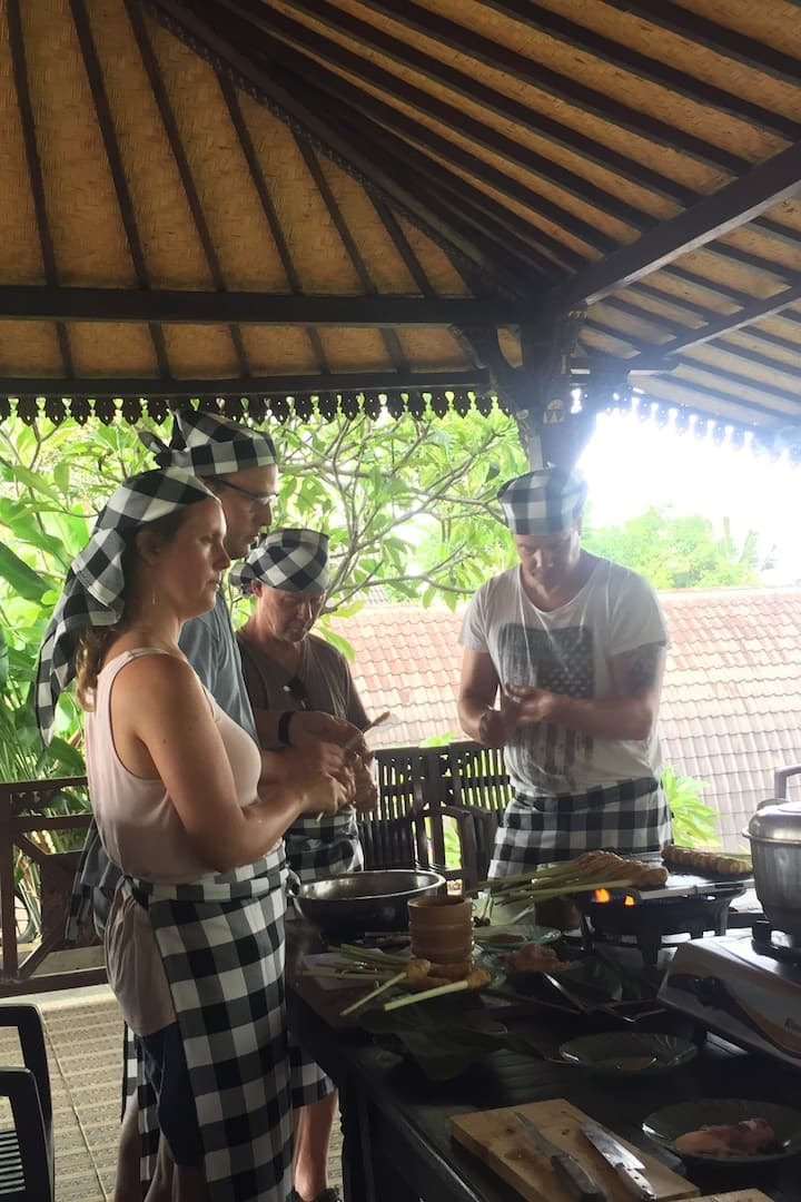 The guests make Sate Lilit