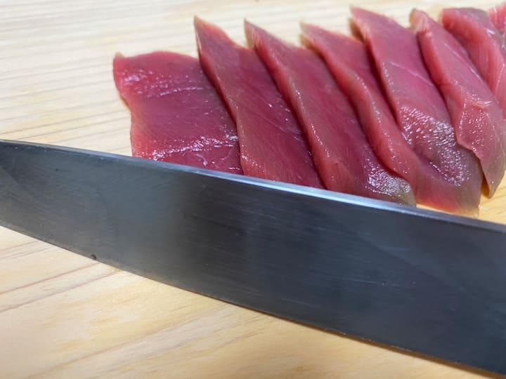You can slice tuna with special knife.