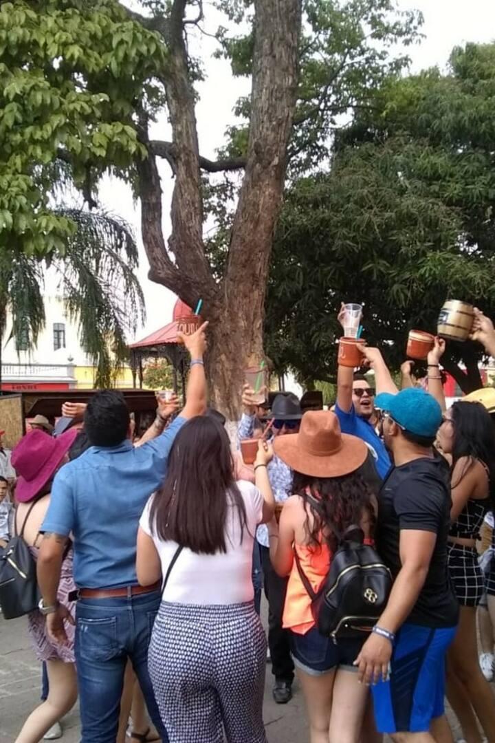 Brindar y conocer amistades en tequila.