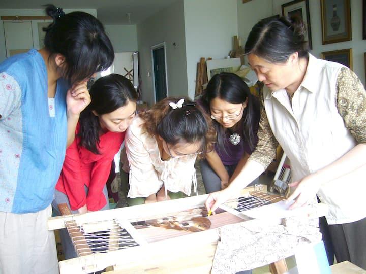 教学员们学习如何绣制狗狗