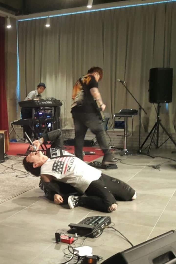 음악밴드를 비롯한 가요제 경연팀들 혹은 멋진 공연팀들의 라이브공연 관람하기.