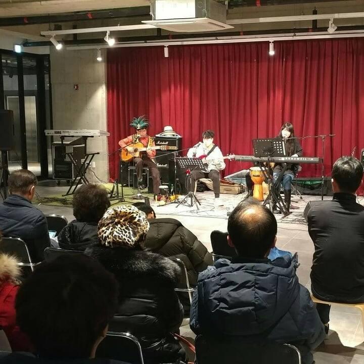 메가박스영종 스페이스184에서 호스트 보리스문(맨왼쪽)밴드가 공연하는 모습.