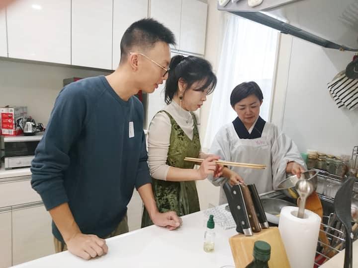 Japanese omelette making