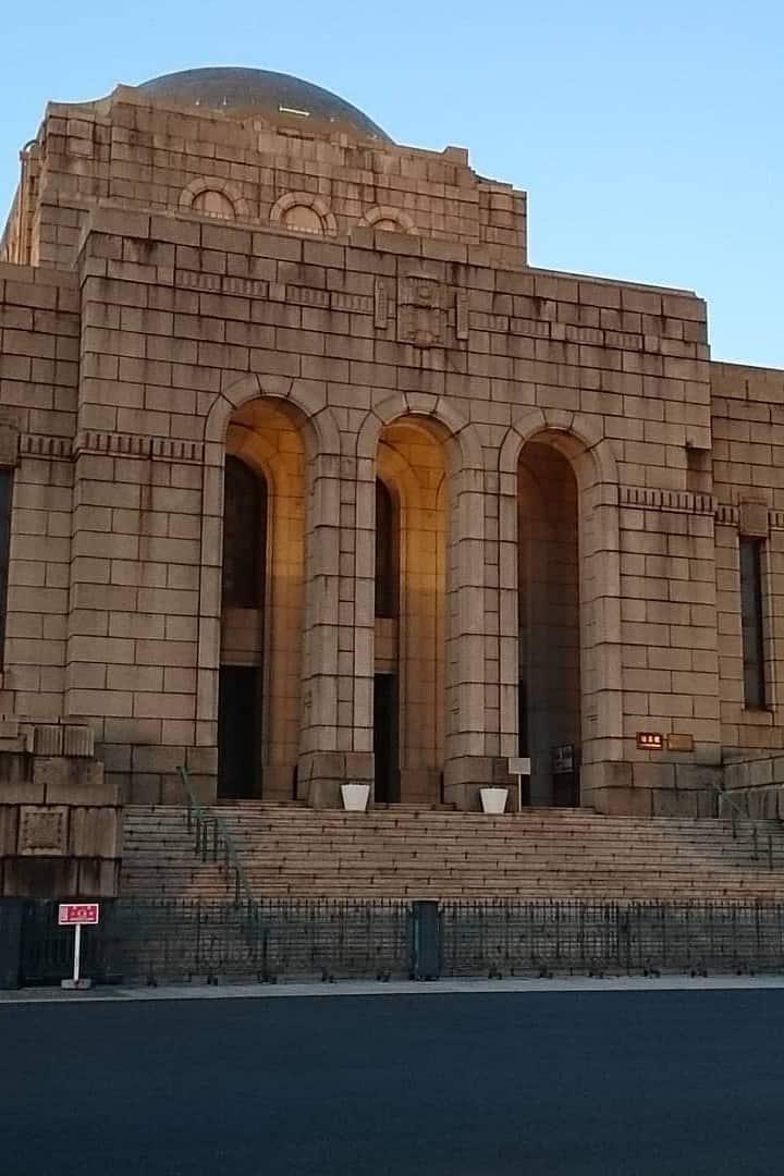 聖徳記念会館前