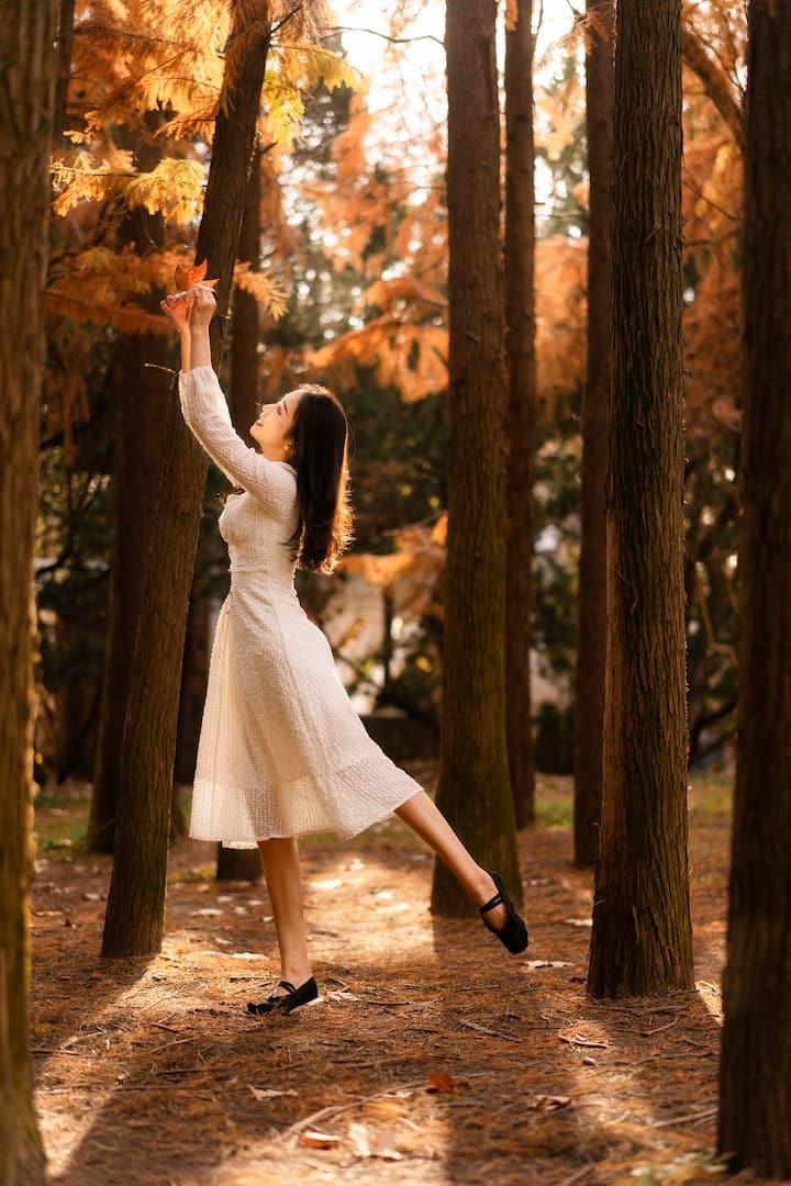 公园的小森林里起舞