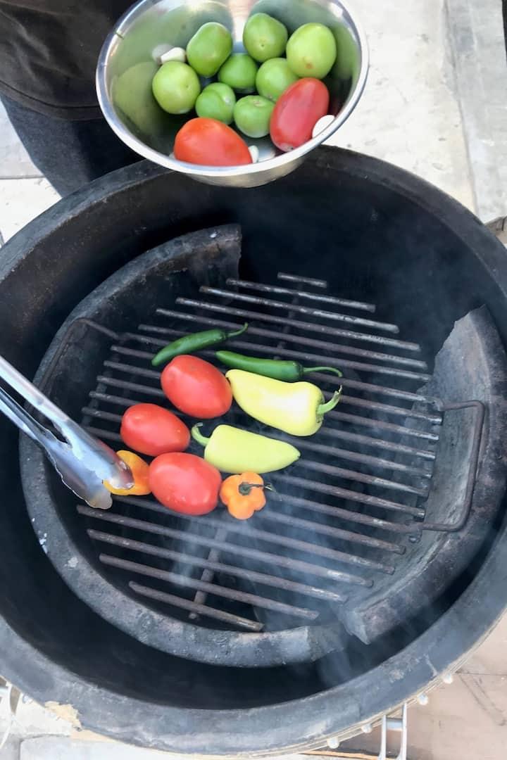 Asando vegetales para la salsa