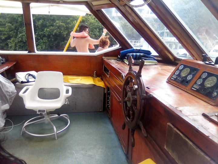 Stable boat, open deck