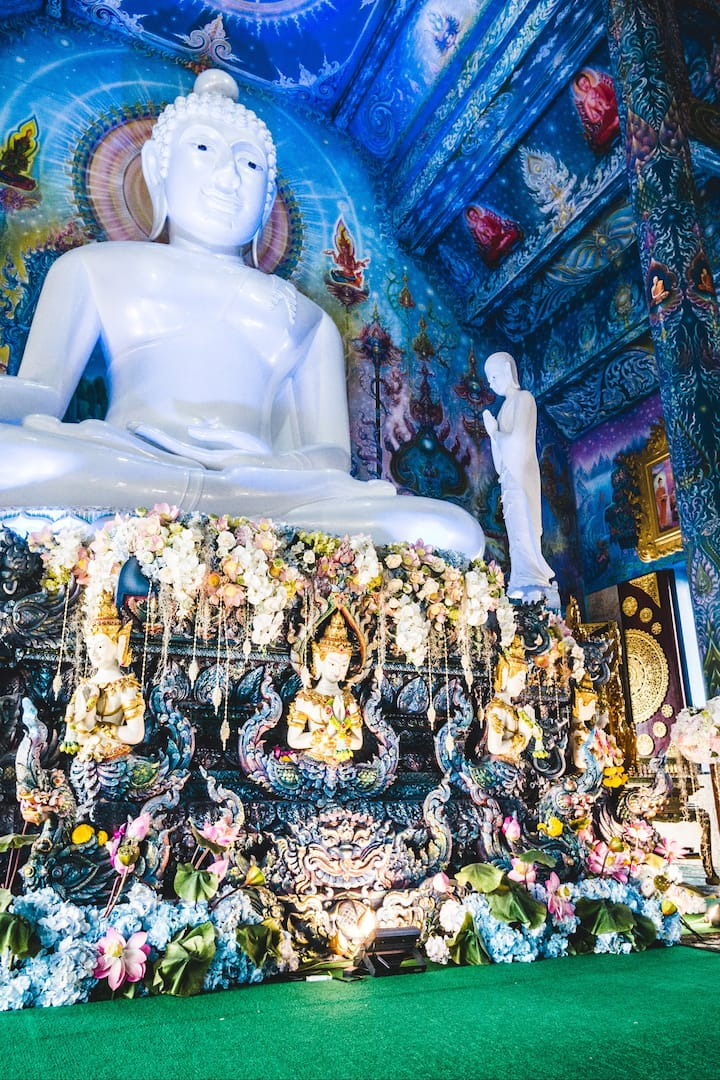 The buddha in Blue temple