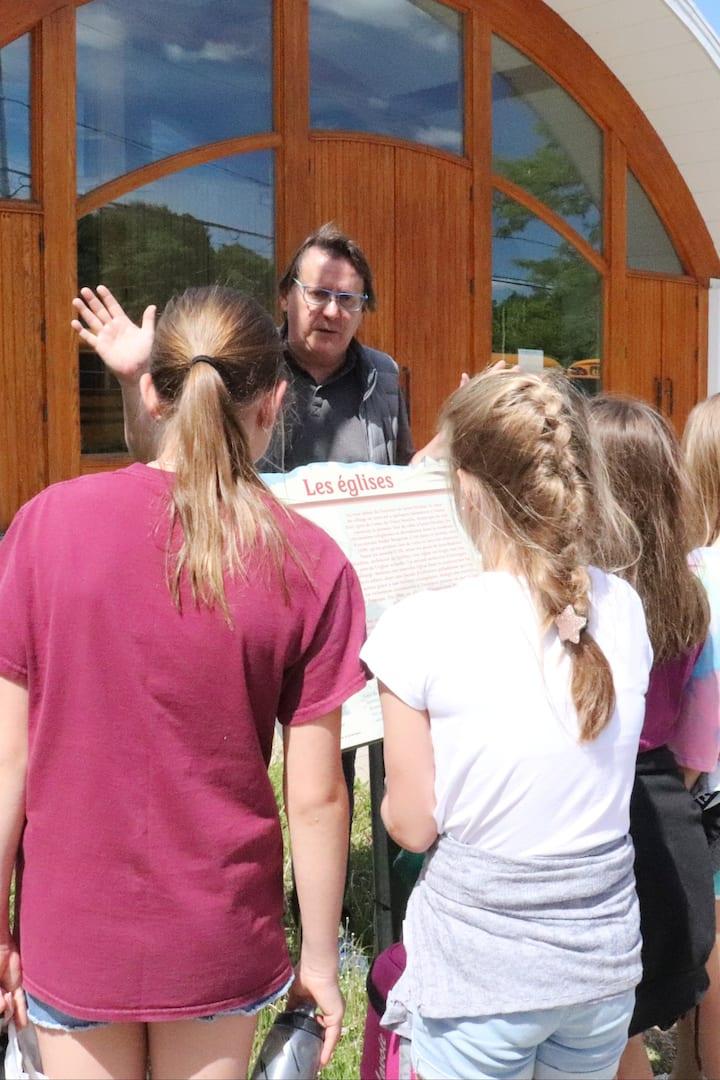 Notre guide avec un groupe scolaire