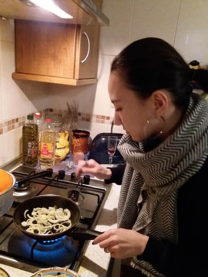 Una de las participantes cocinando