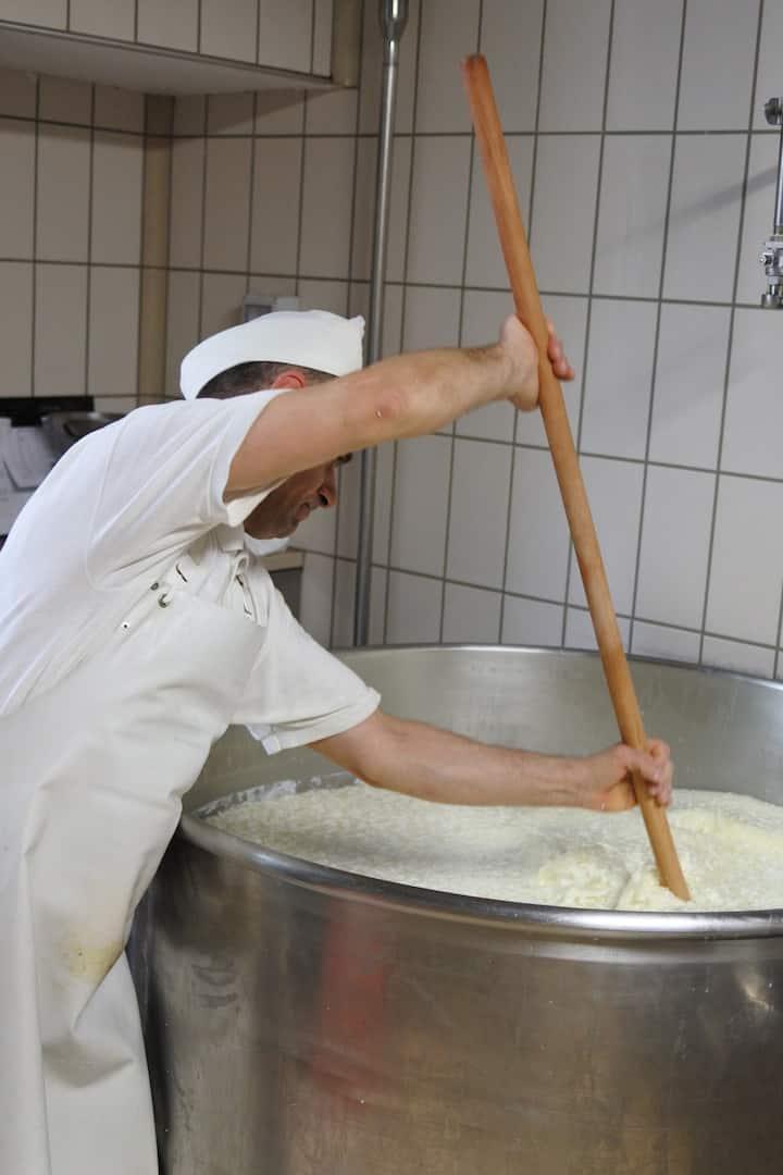 Preparando a massa dos queijos.
