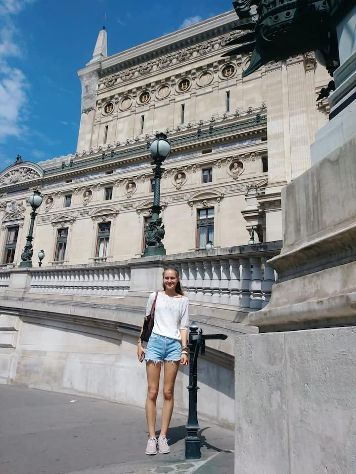 This is me in front of Opera Garnier!