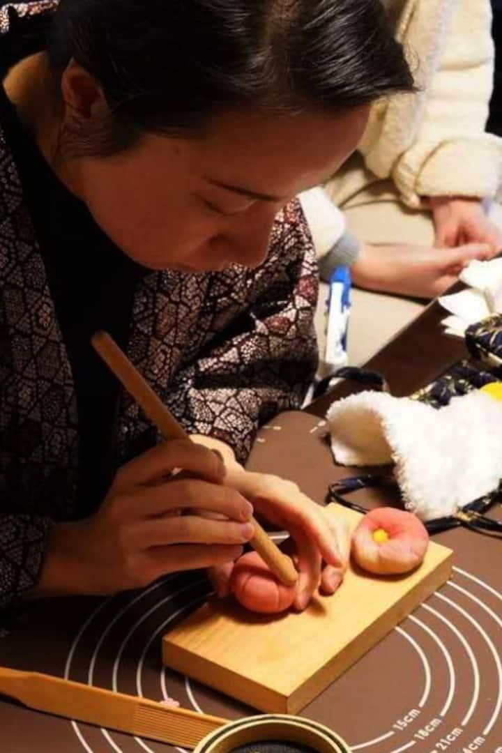 我会亲自先完整地示范和菓子的制作流程。