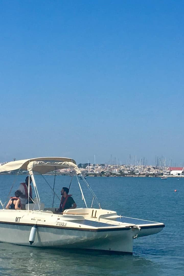 Um passeio de barco suave e silencioso