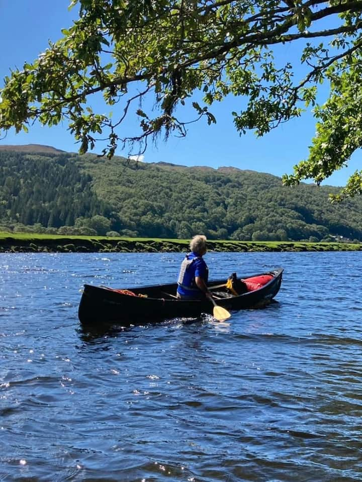Tim leading canoe journey, Afon  Dwyryd