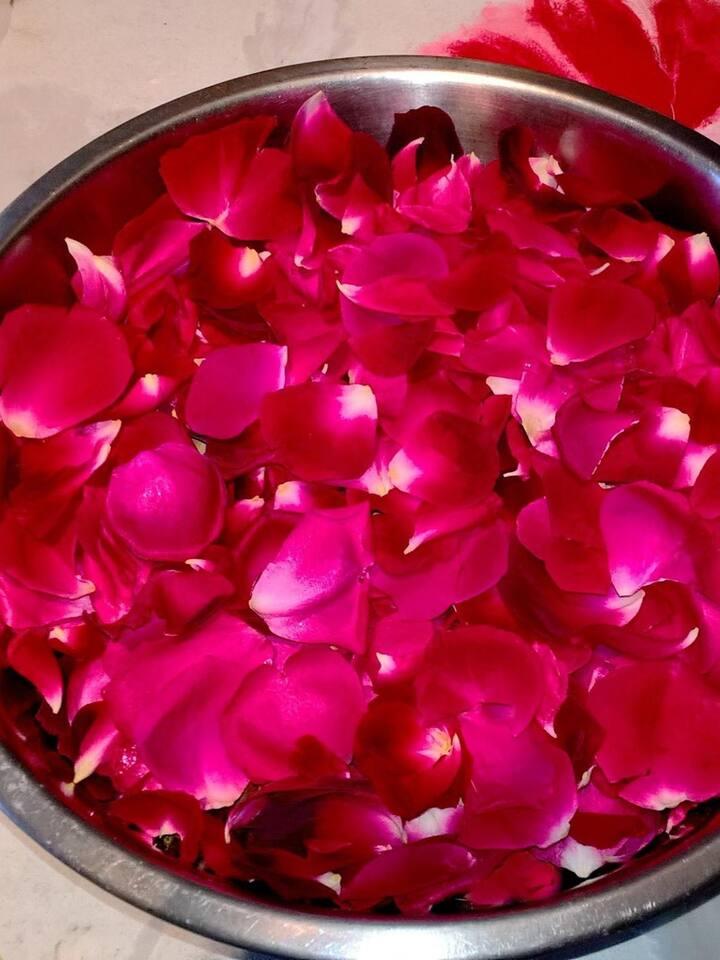 Pétales de roses avant décantation