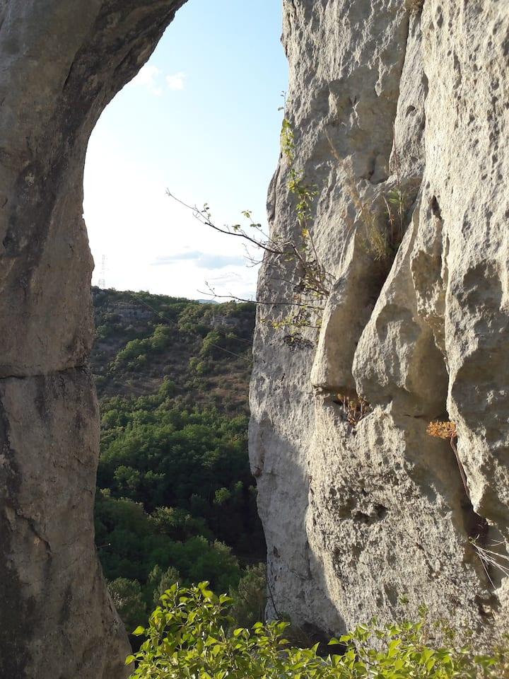 L'arche en haut de la falaise