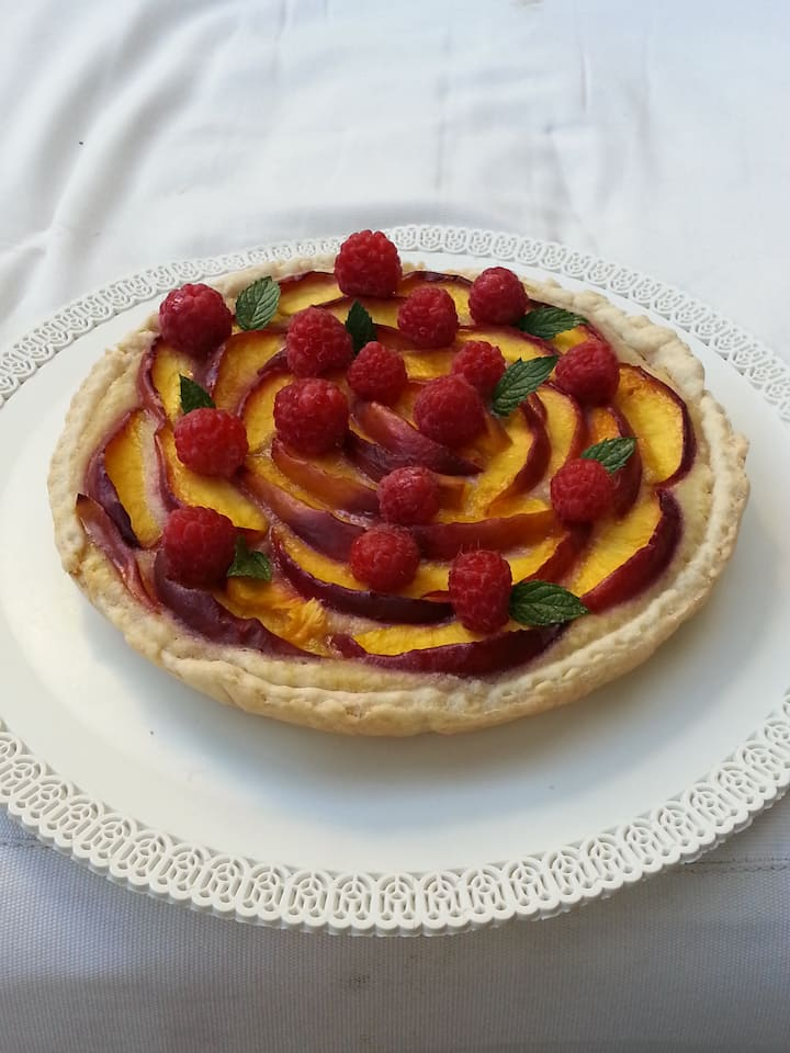 Pie with lemon cream and fruits