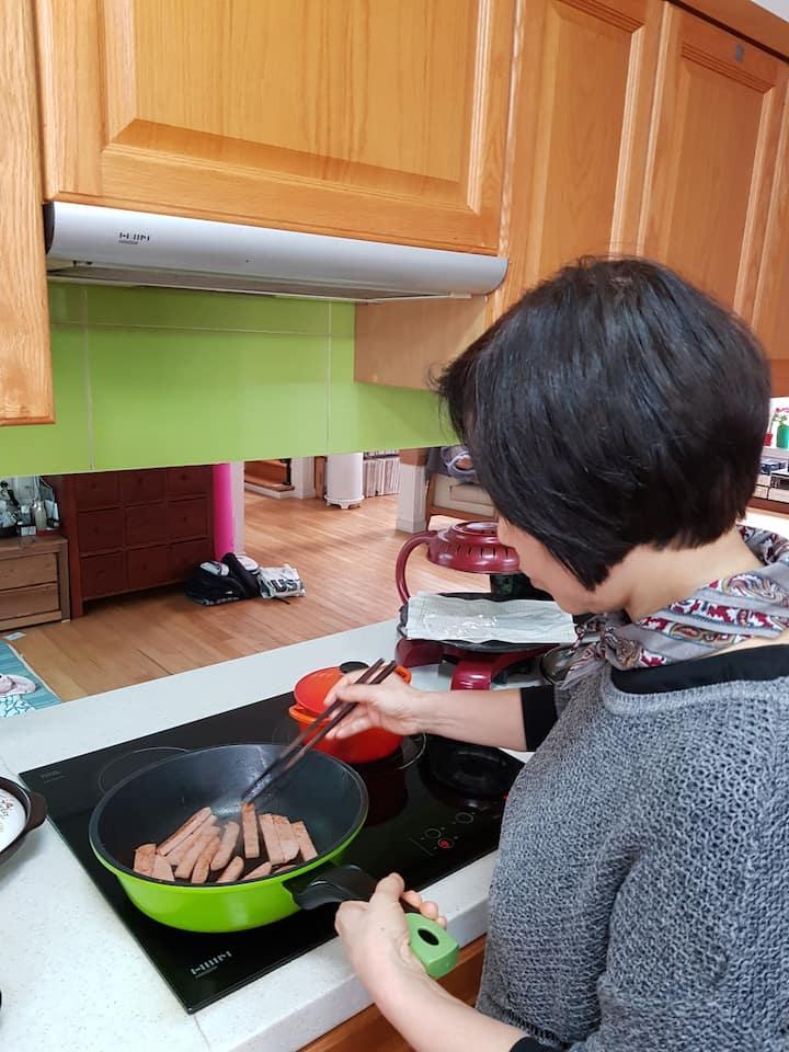 김밥 재료인 햄을 볶는 모습