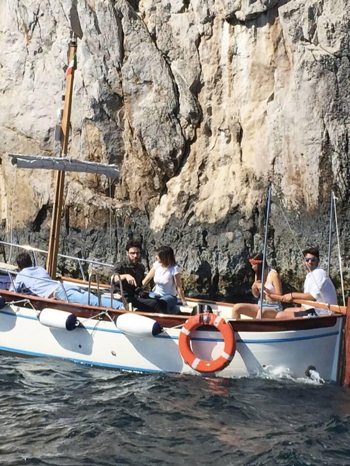 Io che spiego la storia di Capri