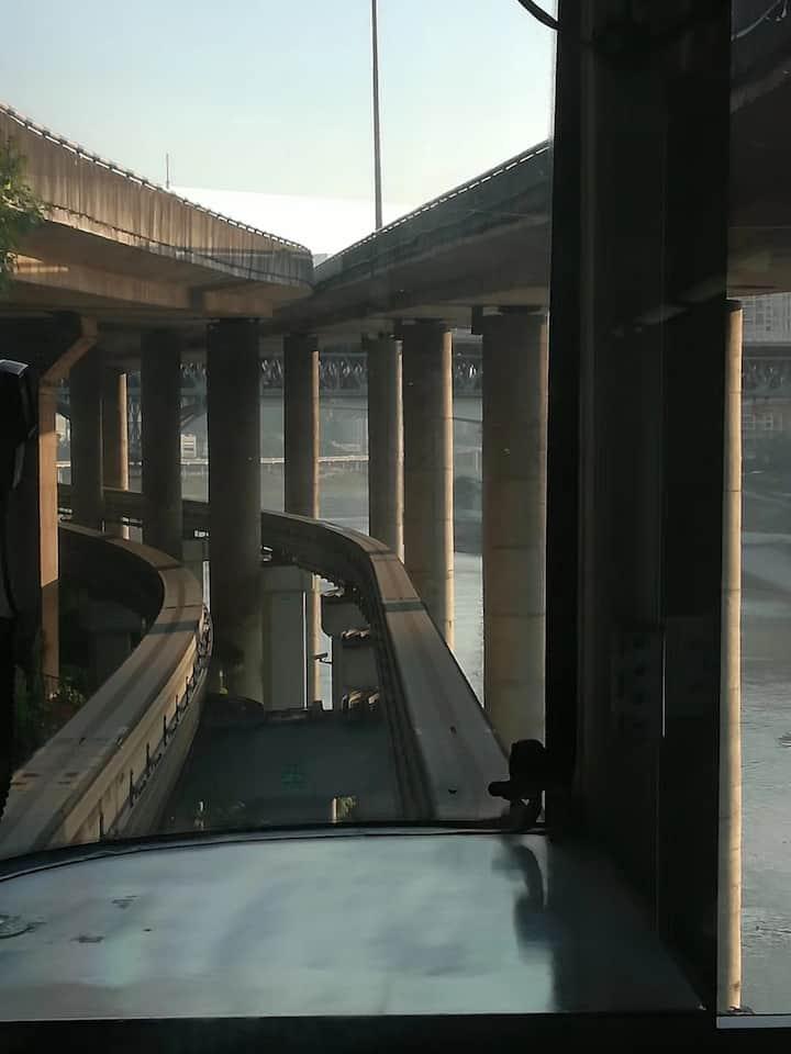 和轻轨一起,从桥下穿越
