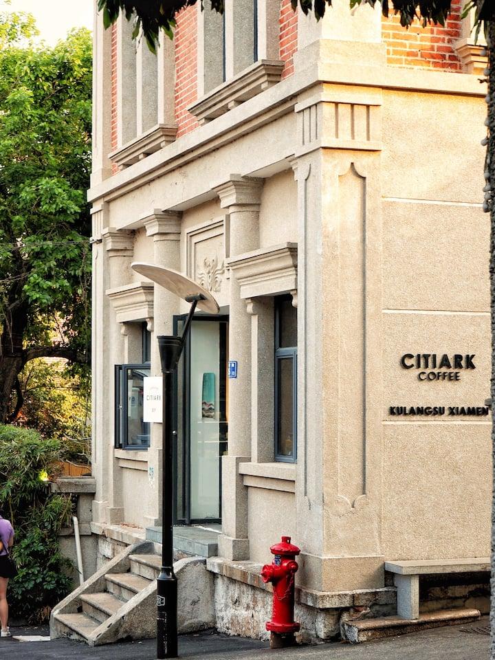 几乎每次都会经过的街角咖啡馆,百拍不腻,快来街拍偶尔风照片叭~