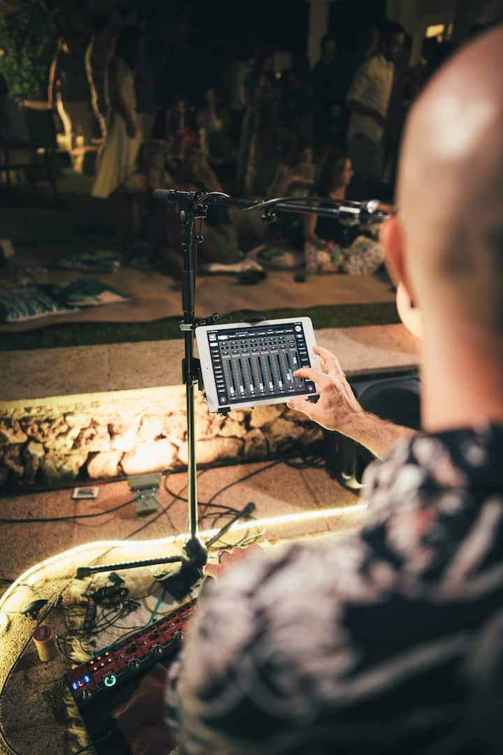 Paolo a los mandos del sonido.