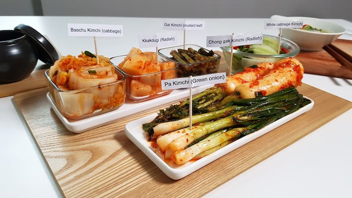 Try various kinds of kimchi!