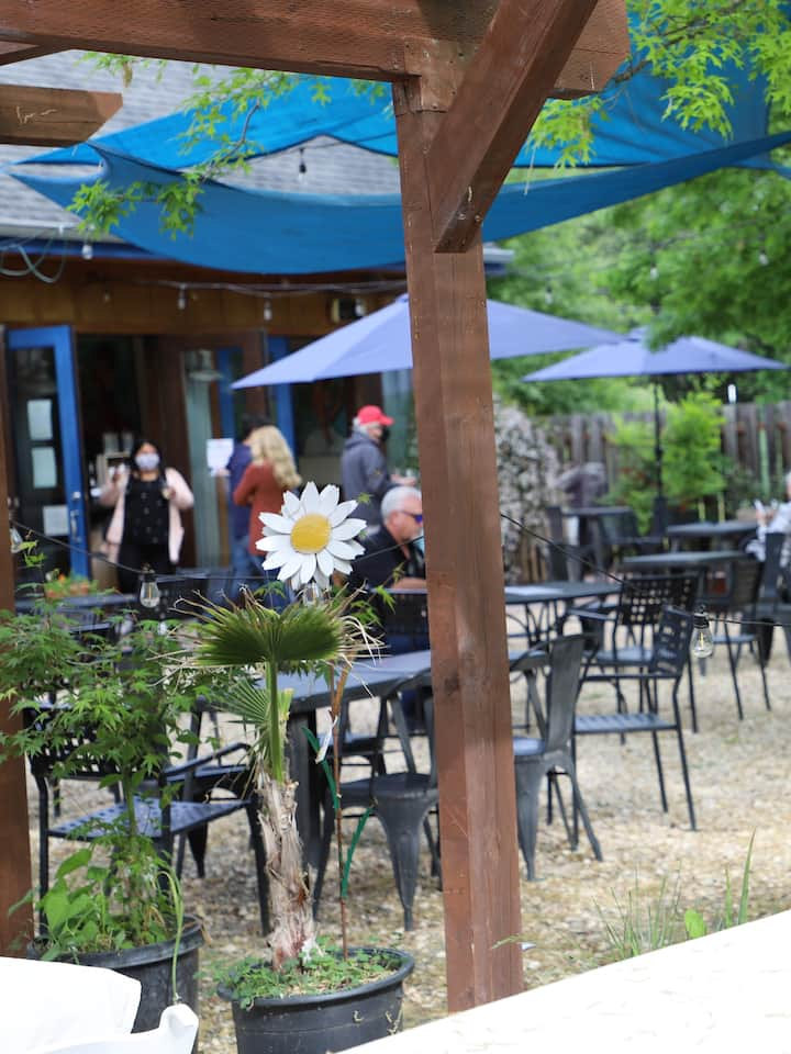 Casque Winery Tasting room and patio.