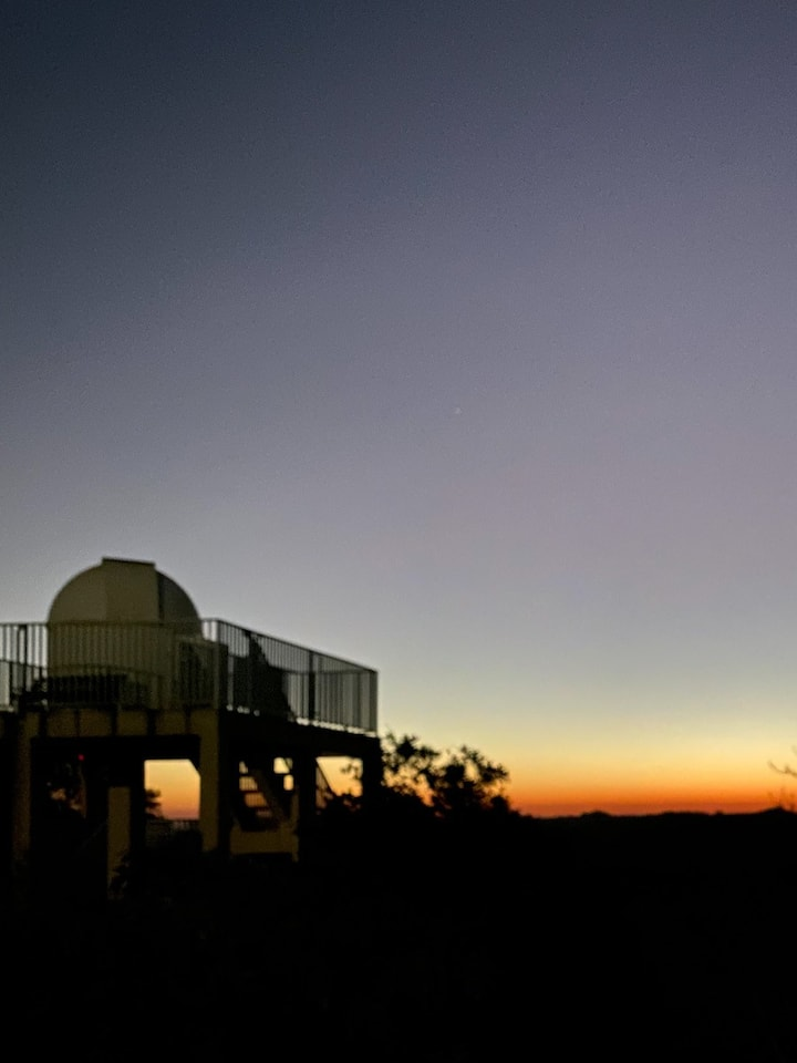 Observatório Astronômico com o lindo pôr-do-sol visto do Santuário Bellatrix