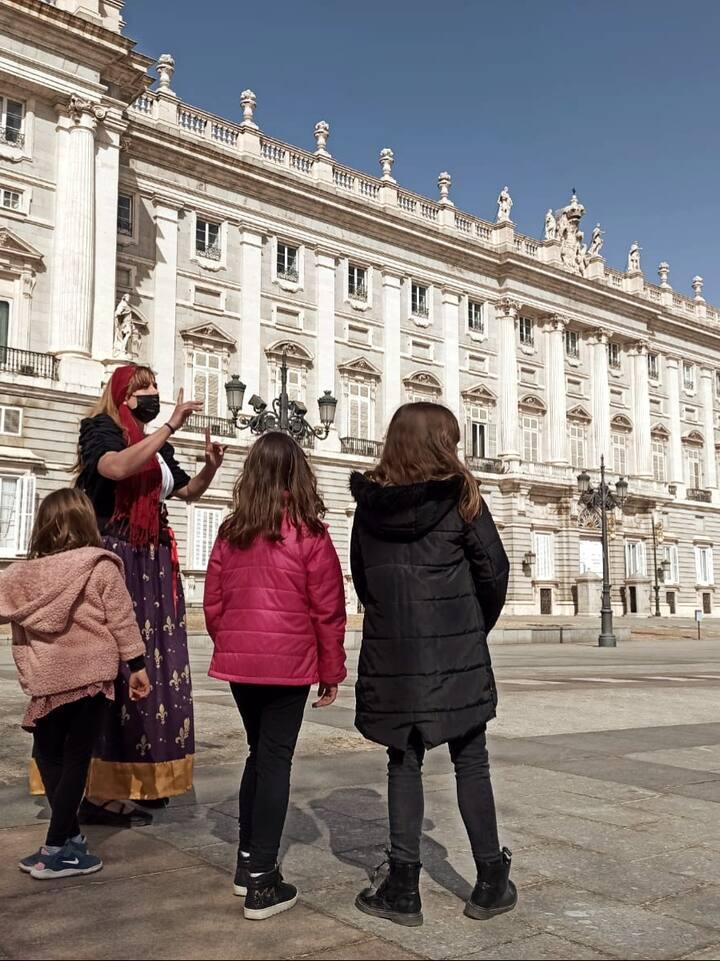 Catalina nos explica los rincones del Palacio donde vive porque ¡la hemos ayudado a encontrarlo!
